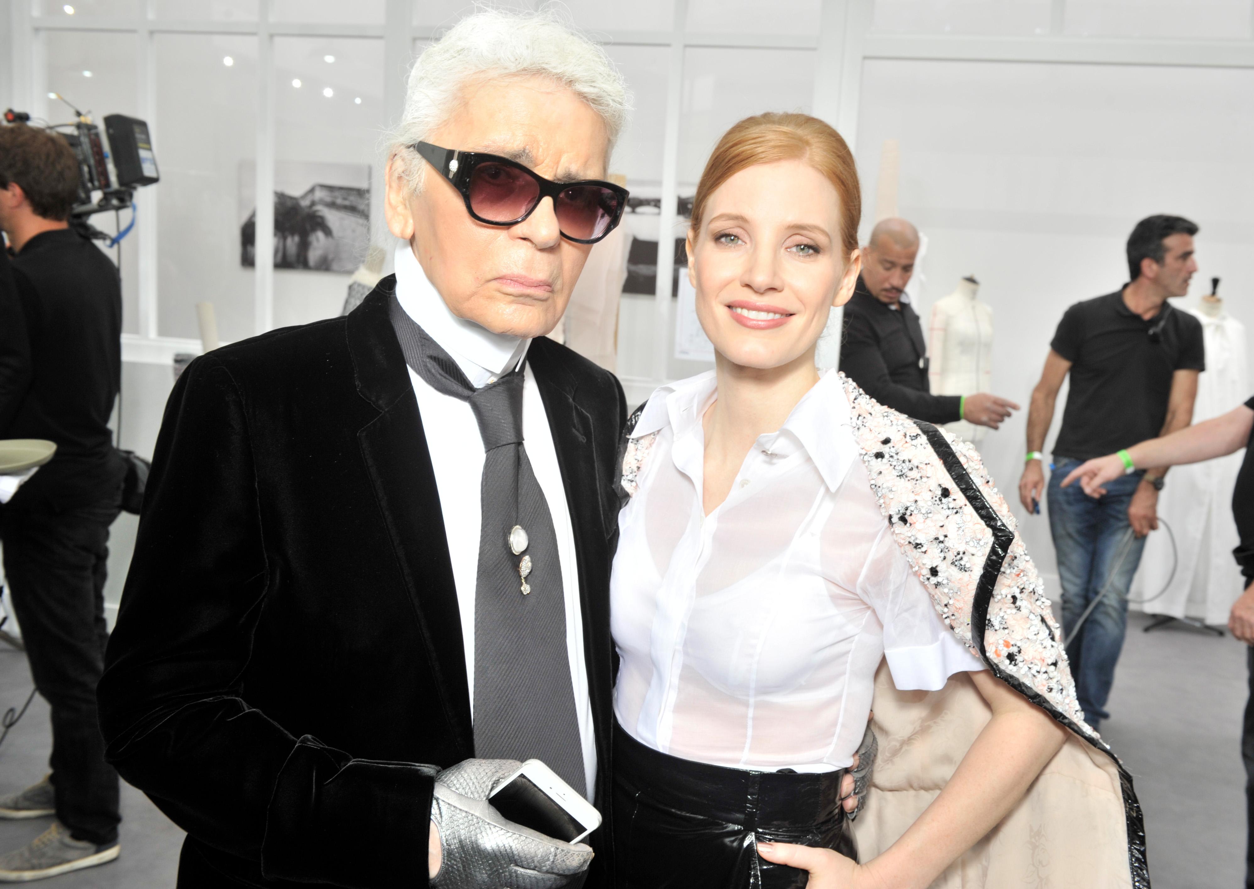Jessica comparece ao desfile da Chanel na Paris Fashion Week